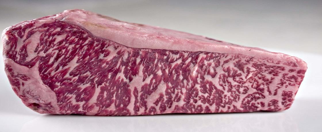 gıda gündemi, gidegündemi, gıda gündemi beslenme, dünyanın en lezzetli etidir, karanlık ve dar bir alanda, hemen hemen hiç kıpırdamadan 2,5 yıl boyunca besleniyor, Wagyu sığırları, Kobe bifteği, Wagyu sığırları, 20 litreye yakın arpa suyu, Wagyu bölgesi, Kobe eti, Kobe eti nedir,